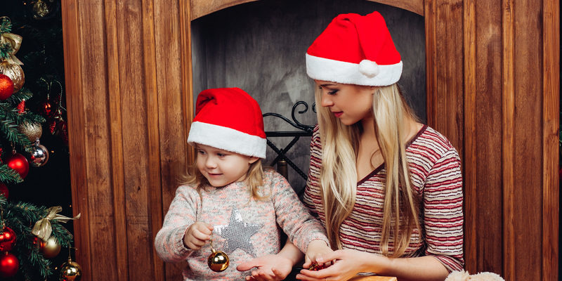 800x400-unwrapping-presents-under-tree-mom-daughter